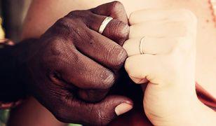 Media sugerowały, że organizacja namawia do małżeństw z uchodźcami.