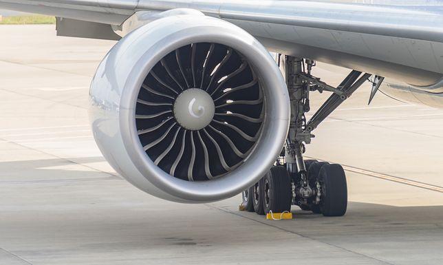 Pasażer wrzucił monety do silnika samolotu. Zapłaci za to srogą karę