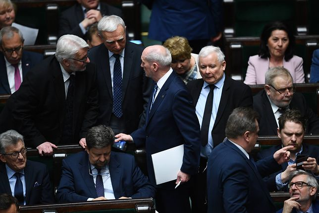 """W raporcie podkreślono, że w Polsce """"coraz bardziej zwiększa się presja na liberalną demokrację"""""""