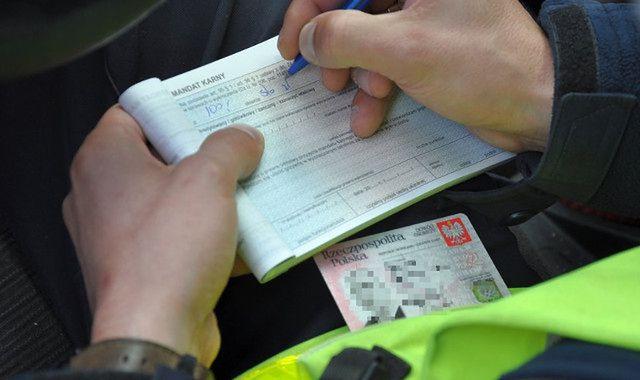 Coraz więcej mandatów z nagrań kierowców