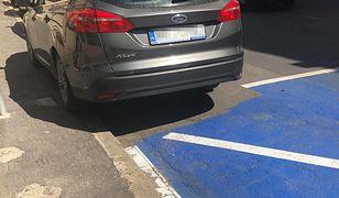 Miejsce dla niepełnosprawnych z wycięciem na forda. Kreatywność krakowskich drogowców