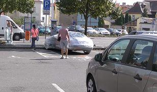 """Folia na auto i """"prezenty"""". Czeski sposób na zajmujących miejsca dla niepełnosprawnych"""