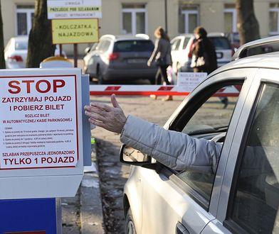 Parkingi przy szpitalach są drogie. Rzecznik Praw Obywatelskich chce zmian reguł gry