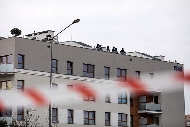 Antyterroryści na dachu budynku w Poznaniu