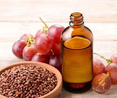 Olej z pestek winogron jest idealny do sałatek, majonezu, marynat i sosów