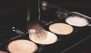Najskuteczniej konturuje się twarz profesjonalnym pędzlem lub gąbką typu beauty blender
