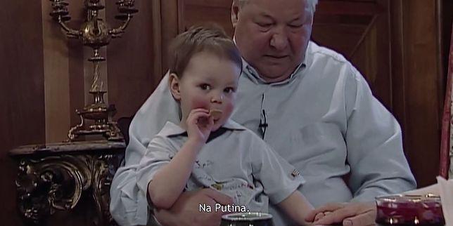 Putin został wybrany przez Borysa Jelcyna. W filmie pokazane jest, co działo się dalej.