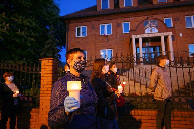 Protest pod budynkiem Kurii Diecezjalnej w Kaliszu