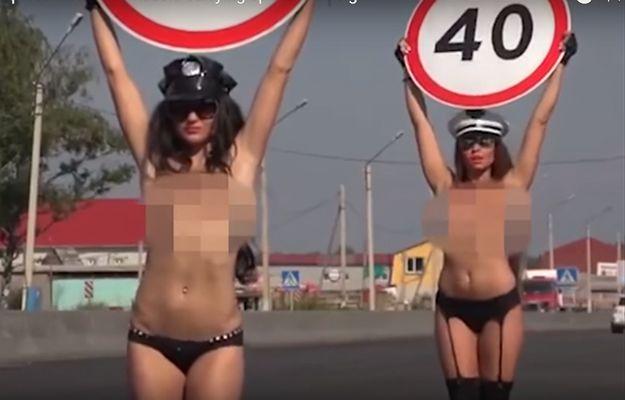 Półnagie kobiety na drodze zachęcają kierowców do zdjęcia nogi z gazu
