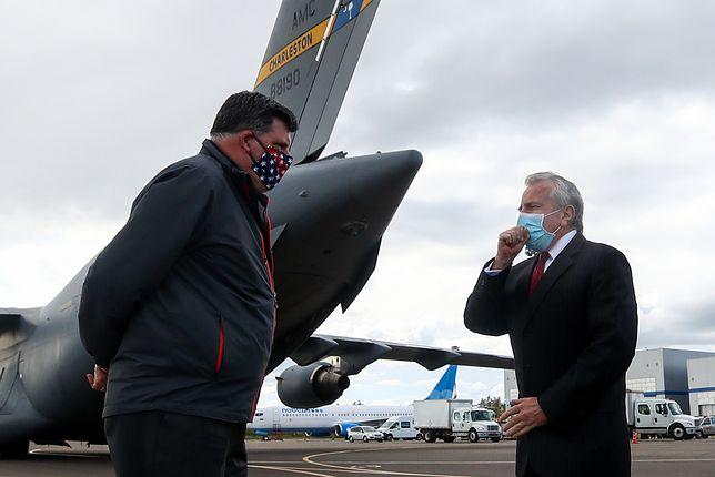 Ambasador John Sullivan w rozmowie z Brockiem Biermanem na lotnisku Wnukowo