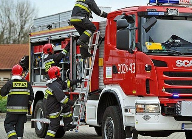 Strażacy musieli walczyć z ogniem i agresją mieszkańców kamienicy.