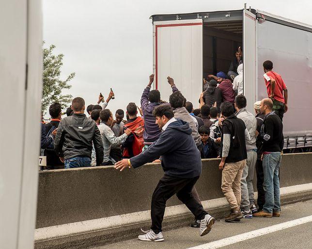 Imigranci szturmują tunel La Manche