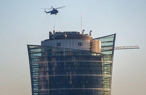 Nad wieżowcem Warsaw Spire krąży helikopter. Trwa montaż iglicy?