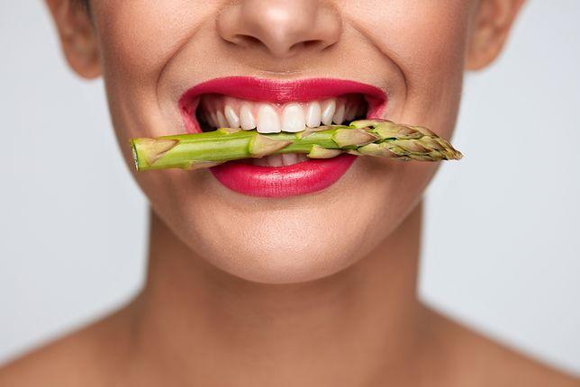 Jak mieć bielsze zęby? Prezentujemy niedrogie, domowe sposoby