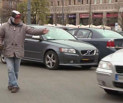 Samozwańczy parkingowi – pomagają, czy wyłudzają pieniądze?