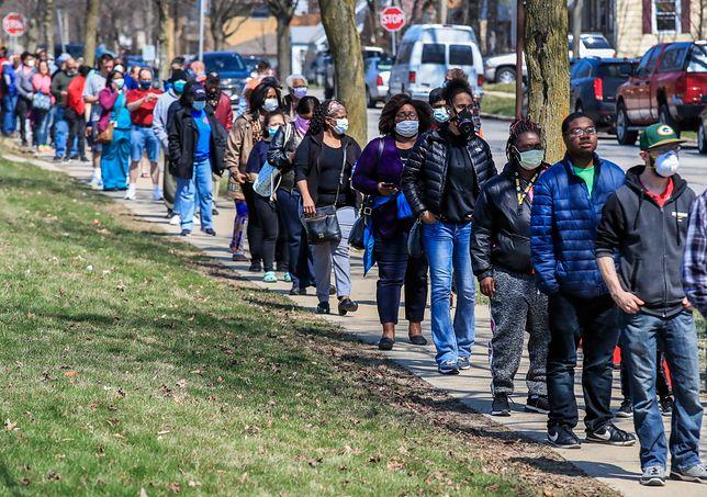 Koronawirus w USA. Tłum ludzi czekających na oddanie głosu w lokalu wyborczym w Milwaukee