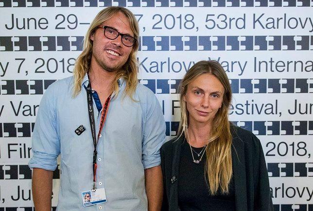 """""""Polska jest jak trójka w Lotto"""". Rozmowa z Klarą Kochańską i Kasprem Bajonem"""