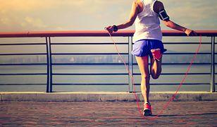 Skakanie na skakance to intensywny wysiłek fizyczny, który pomaga spalić tkankę tłuszczową.