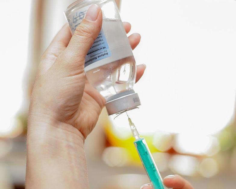 Szczepionka na koronawirusa dała szereg skutków ubocznych. Uczestnik badania opowiada