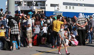 Uciekinierzy czekają na transport z wyspy Lesbos do kontynentalnej części Grecji, 10.06.2020