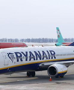 Samolot Ryanaira odladzany wodą z wiadra. Udostępniono nagranie
