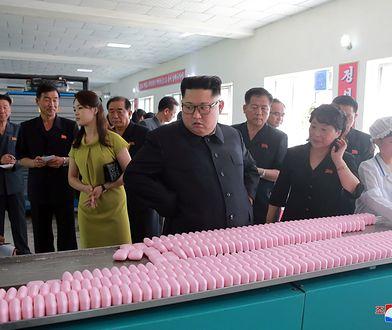 Ri Sŏl Ju to jedyna osoba w otoczeniu dyktatora, która może wyróżniać się strojem