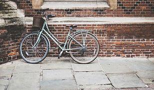 Fala kradzieży rowerów w Warszawie. Złodzieje wyważają zamki w drzwiach
