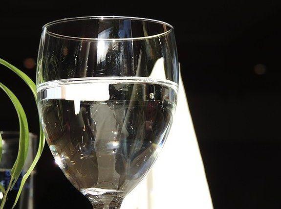 Pij wodę podczas posiłku