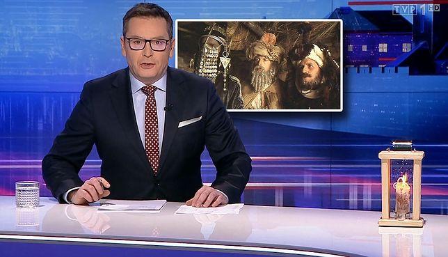 """Kadr z filmu """"Żywot Briana"""" w TVP. Na pierwszym planie prowadzący wydanie Michał Adamczyk"""