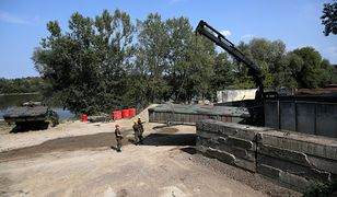 """Warszawa. Budowa mostu pontonowego na Wiśle i rurociągu po awarii w oczyszczalni ścieków """"Czajka"""""""