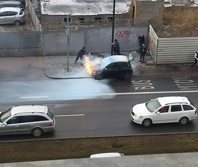 """Warszawa. Pożar auta na Ochocie. """"Prawdopodobnie doszło do samozapłonu"""""""