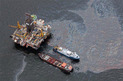 Ewakuacja statków przed sztormem w rejonie wycieku ropy
