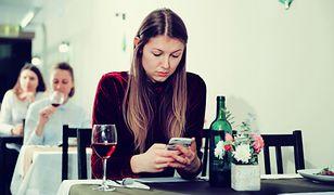 Samotna kobieta w restauracji
