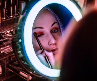 Lusterko z podświetleniem pomoże ci wykonać staranny makijaż