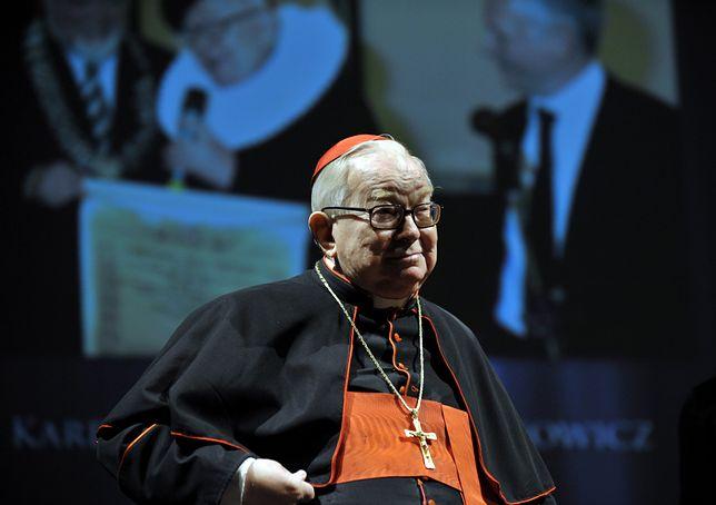 """2009 r. Kardynał Gulbinowicz otrzymuje statuetkę dla Osobowości Roku podczas VI educji Nagrody Gospodarczej """"Dolnośląski Gryf"""""""