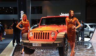 Piękne kobiety na Salonie Samochodowym w Paryżu