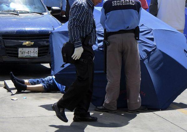 Ciało zamordowanego dziennikarza, Alonso De la Coliny - zginął, gdy wychodził z banku w miejscowości Puebla