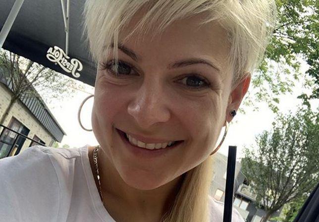 Magda Narożna pozuje na masce samochodu. Wybrała się za miasto z partnerem