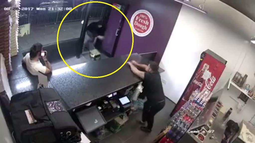 Wrzucił podpalone pudło fajerwerków do pizzerii. To mogło być ostrzeżenie