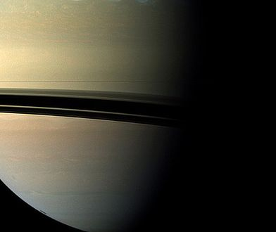 Widok Saturna wykonany przez sondę Cassini