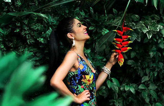 Liście i kwiaty na ubraniach przywołują skojarzenia z tropikami