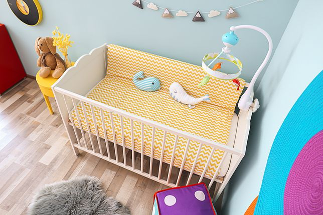 Kupując łóżeczko, sprawdź, czy w jego konstrukcji nie ma małych elementów, które dziecko mogłoby samodzielnie oderwać i połknąć