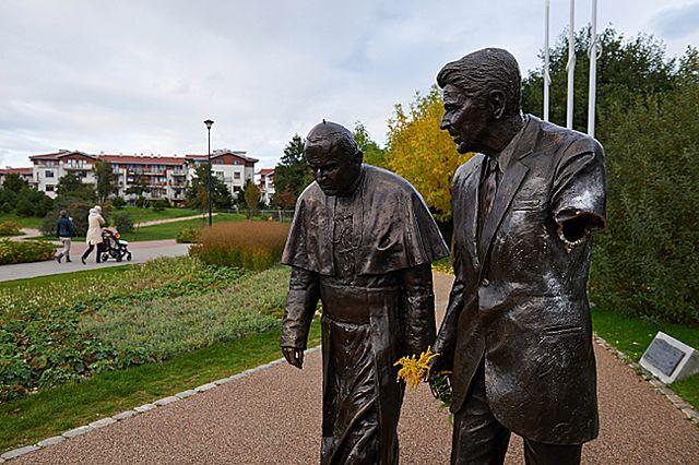 Zniszczony pomnik Ronalda Reagana