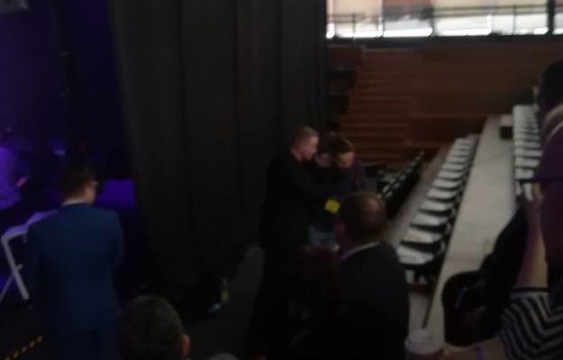 """Ochroniarz wyrzuca fotoreportera """"Gazety wyborczej"""""""