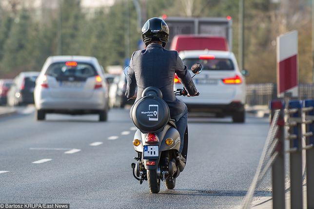 Zarówno kierowca, jak i pasażer muszą mieć kaski na głowie w trakcie jazdy skuterem.