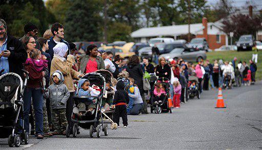 Mieszkańcy Silver Spring w stanie Maryland stoją w kolejce do centrum medycznego