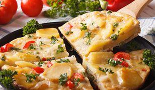 Omlet hiszpański z ziemniakami i chorizo. Prosty przepis na kolację