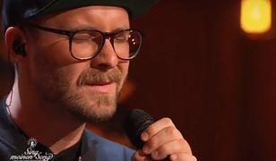 Niemiecki artysta zaśpiewał kolędę po polsku.