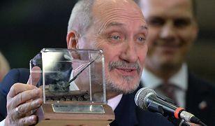 Minister obrony narodowej Antoni Macierewicz z modelem armatohaubicy Krab podczas spotkania z kierownictwem Huty Stalowa Wola