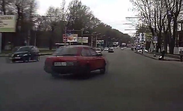 #dziejesiewmoto: najgorsze wyprzedzanie, pierwsze auto z zakazem startów na torach i kompilacja wypadków